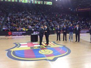 El FC Barcelona fa un merescut reconeixement al fisioterapeuta Toni Bové